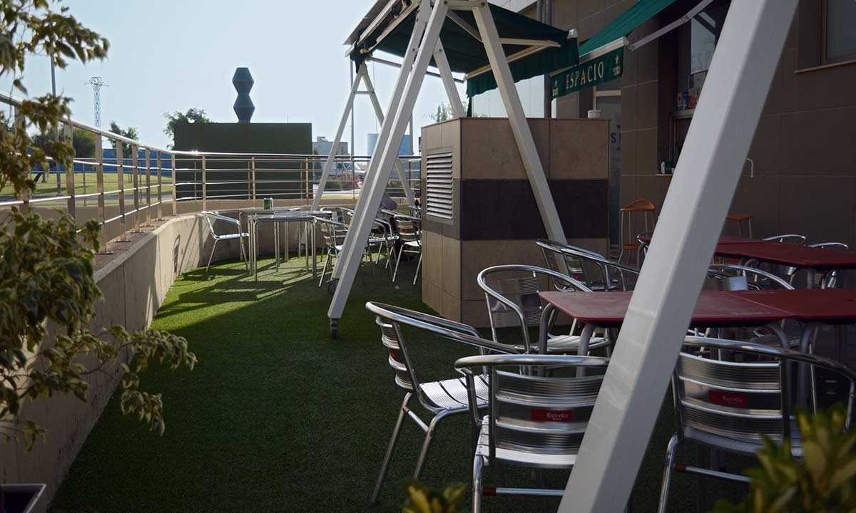 Fotografía de la terraza exterior del Café Espacio.